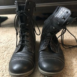 Classic style combat boots